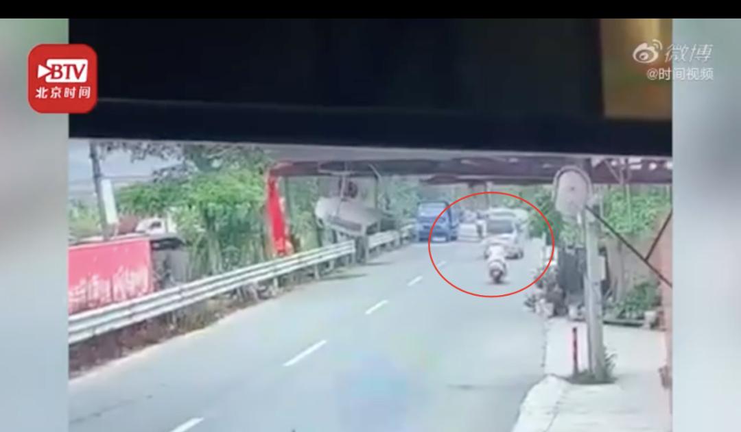 广东一男子偷狗后还想撞人,没想到直接被村民开卡车撞爆!