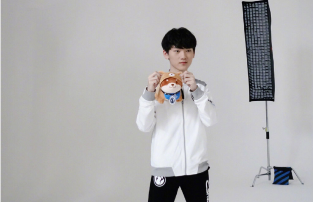 LOL:IG公布定新赛季定妆照,TheShy至今仍未归队!