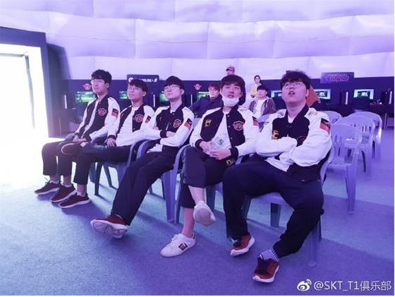 英雄联盟:SKT全队现身青少年足球活动现场 手把手教粉丝玩LOL