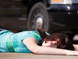安徽25岁男子抱狗单手开豪车,一家3口被撞飞30米
