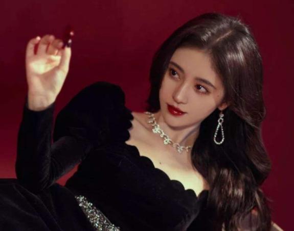 """谁说鞠婧祎只有甜美妆?看完她的""""黑化妆""""后,粉丝:求彩妆链接"""
