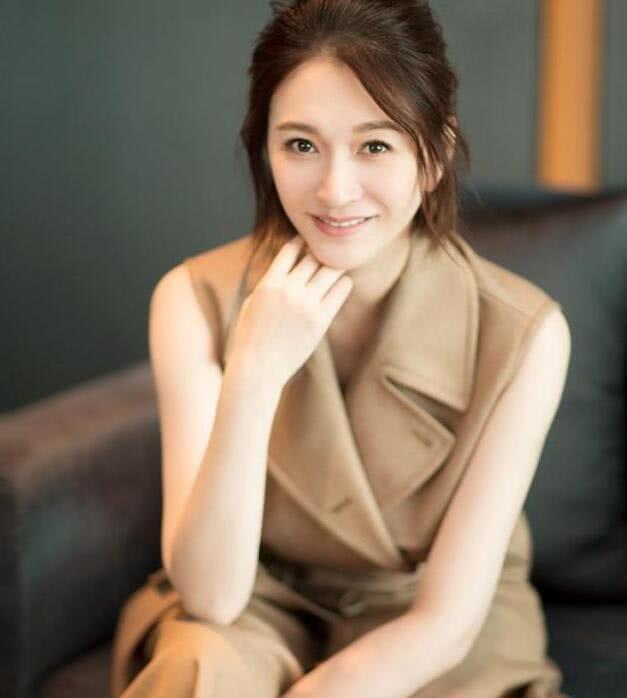 """42岁李小冉""""刚睡醒的发型""""配娇粉大衣尽显少女感,减龄20岁"""