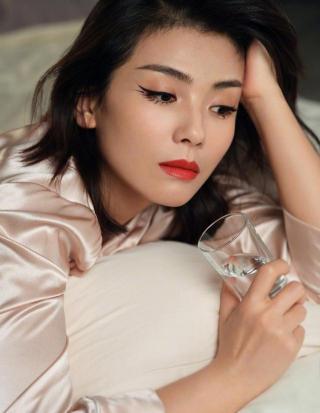 把眼线画在卧蚕上,刘涛的失眠眼妆写真太新潮了