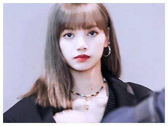 Lisa只适合长发?看到她的短发造型,才知道美和头发没关系